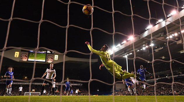 Gólman Chelsea Thibaut Courtois inkasuje v derby s Tottenhamem.