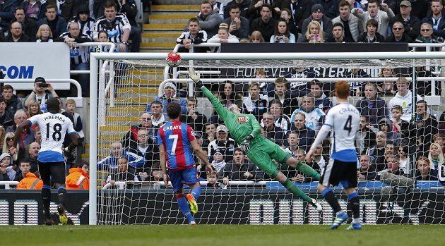 Andros Townsend překonává brankáře Hennesseyho během utkání Newcastle - Crystal Palace