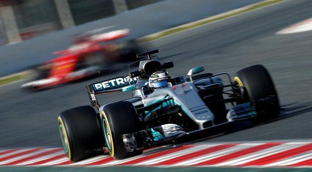 Valtteri Bottas v kokpitu vozu Mercedes při testech v Barceloně.