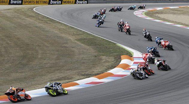 Začátek závodu třídy Moto3 na Velké ceně České republiky v Brně.