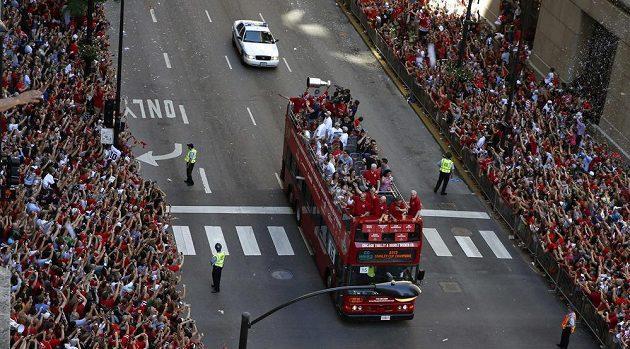 Autobus s hokejovými hrdiny zdravily v Chicagu špalíry nadšených fanoušků.