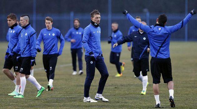 Obránce Slovanu Jan Rajnoch (uprostřed) při tréninku.