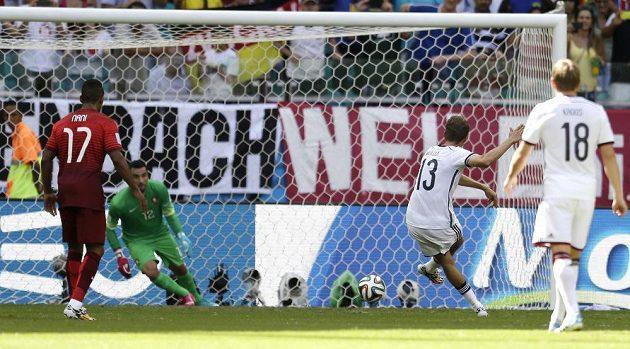 Německý fotbalista Thomas Müller střílí gól z penalty proti Portugalsku na MS v Brazílii.