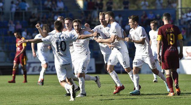 Hráči Slovácka se radují z gólu proti Dukle.