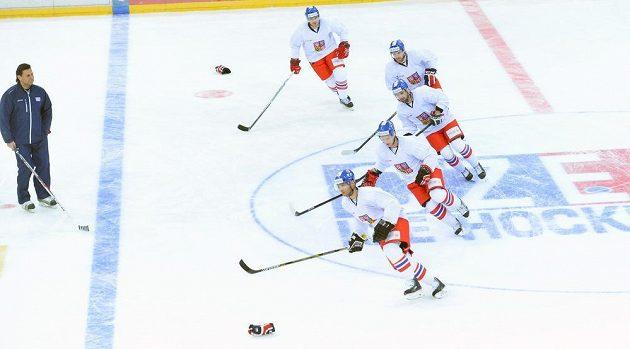 Hokejisté při tréninku české reprezentace před druhým zápasem s Ruskem, který je součástí seriálu Euro Hockey Tour. Vlevo je trenér Vladimír Růžička.