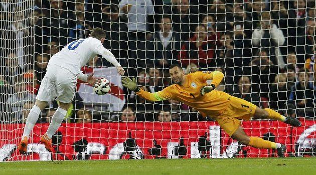 Kapitán anglické reprezentace Wayne Rooney z penalty vyrovnává stav kvalifikačního duelu se Slovinci.