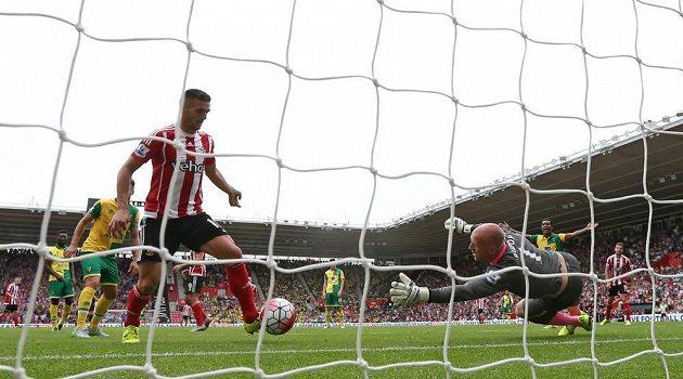 Dušan Tadič ze Southamptonu uzavírá svým druhým gólem v zápase skóre utkání s Norwichem na 3:0.