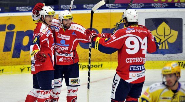Hokejisté Pardubic se radují ze vstřelení gólu na ledě Zlína. Zleva útočník Daniel Voženílek, střelec branky Tomáš Kaut a forvard Jiří Cetkovský.
