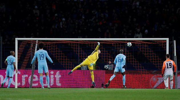 Doněcký Bernard střílí gól proti Manchesteru City.