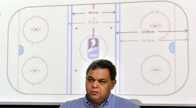 O změnách hokejových pravidel a přípravách rozhodčích na novou sezónu informoval sekretář komise rozhodčích Rudolf Potsch. Na snímku představuje novou velikost pásem na kluzišti.
