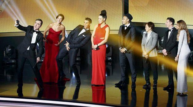 Britský herec James Nesbitt (vlevo) během vyhlašování Zlatého míče pořizuje selfie (zleva) s Carli Lloydovou, Cristianem Ronaldem, Celiou Sasicovou, Neymarem, Ayou Miyamaovou, Lionelem Messim a Kate Abdoovou.
