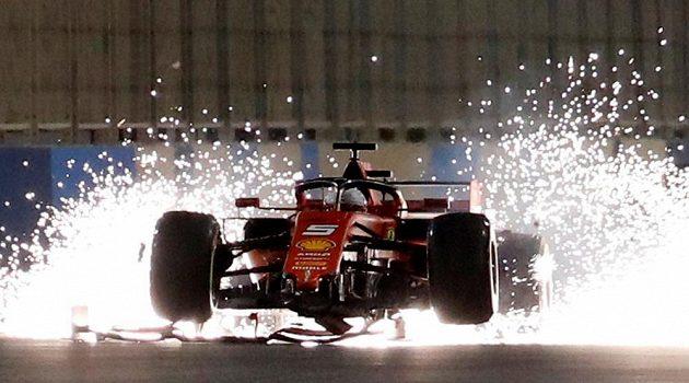 V tuto chvíli se rozplynuly naděje Sebastiana Vettela na pódiové umístění při Velké ceně Bahrajnu.