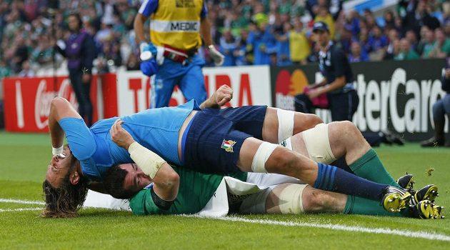 Ital Joshua Furno (v modrém) si během utkání s Irskem poležel na Peteru O'Mahonym.