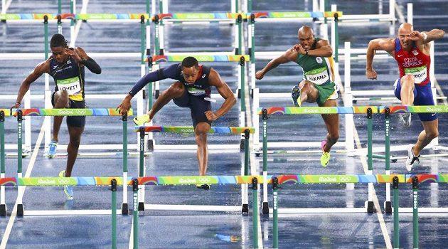 Český atlet Petr Svoboda (zcela vpravo) během rozběhu na 110 metrů překážek.