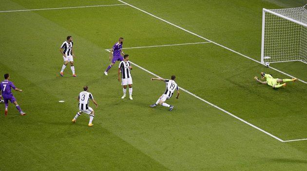 Cristiano Ronaldo (vlevo) z Realu Madrid střílí i s přispěním stopera Juventusu Bonucciho úvodní gól finále Ligy mistrů.