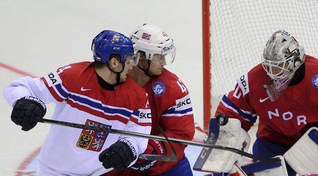 Ondřej Vitásek (vlevo) bojuje před brankou Norska.