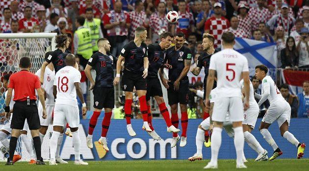Chorvatská zeď sice vyskočila, ale trestný kop Angličana Kierana Trippiera skončil v síti.Anglie vedla v semifinále MS 1:0.
