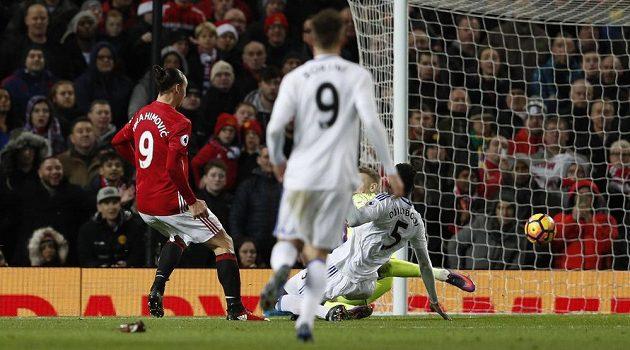 Zlatan Ibrahimovic z Manchesteru United střílí gól v utkání proti Sunderlandu.