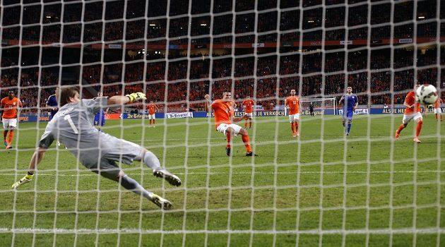 Nizozemský útočník Robin van Persie (uprostřed) překonává z penalty brankáře Aleksandra Mokina z Kazachstánu v kvalifikačním duelu ME.