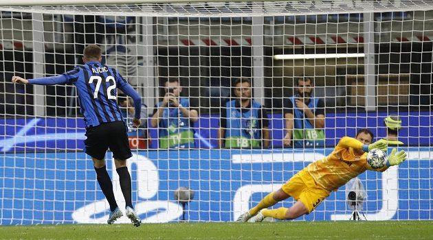 Brankář Šachtaru Andrij Pjatov chytá penaltu v utkání Ligy mistrů na hřišti Atalanty Bergamo.