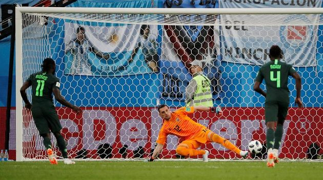 Victor Moses (11) zařídil radost Nigerijců. Z penalty vyrovnal na 1:1.
