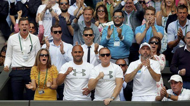 Manželka Andyho Kim Murrayová (vlevo) a trenér Ivan Lendl (vpravo) podporují britského tenistu ve finále Wimbledonu.