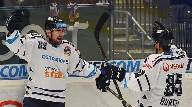 Hokejisté Vítkovic Roman Szturc (vlevo) a Jiří Burger se radují z druhé branky proti Liberci.