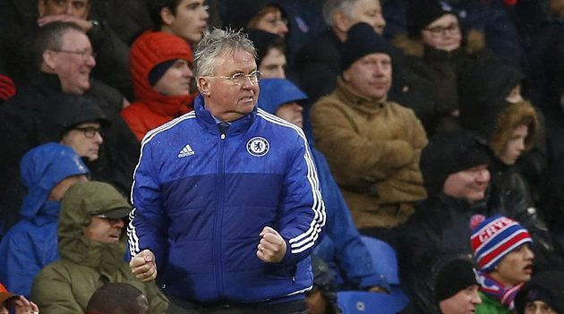 Kouč Chelsea Guus Hiddink jásá po Willianově gólu proti Crystal Palace.