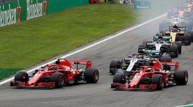Kimi Räikkönen vlevo hájí první místo po startu v Monze