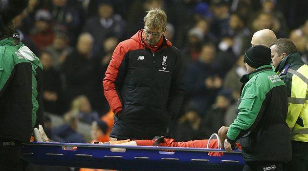 Trenér Liverpoolu Jürgen Klopp sleduje, jak jeho svěřenec Dejan Lovren opouští hřiště na nosítkách během zápasu proti WBA.