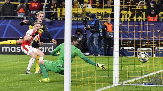 Rozhodující okamžik: Julian Brandt (druhý zleva) z Dortmundu překonává ve druhém poločasu z úhlu slávistického brankáře Ondřeje Koláře. Petr Ševčík přišel pozdě.
