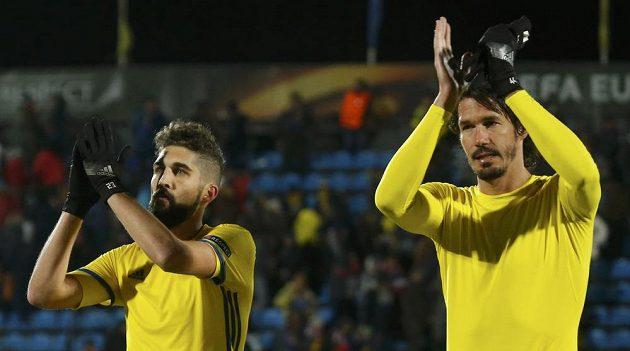 Hráči Rostova Miha Mevlja (vlevo) a Cesar Navas děkují divákům po vítězném utkání se Spartou.