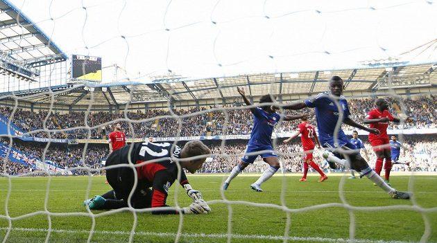 Ramires (druhý zprava) oslavuje gól v síti Liverpoolu.