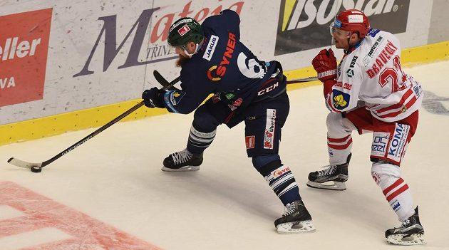 Liberecký obránce Jan Výtisk (vlevo) a třinecký útočník Vladimír Dravecký v utkání 45. kola hokejové Tipsport extraligy.