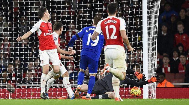 Brankář Arsenalu Petr Čech (na zemi) zasahuje v utkání proti Evertonu.