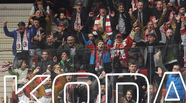 Radost třineckých fanoušků po vstřelení vítězného gólu v utkání s Boleslaví.