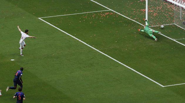 Míč je v nizozemské bráně. Xabi Alonso jásá. Španělsko vede.