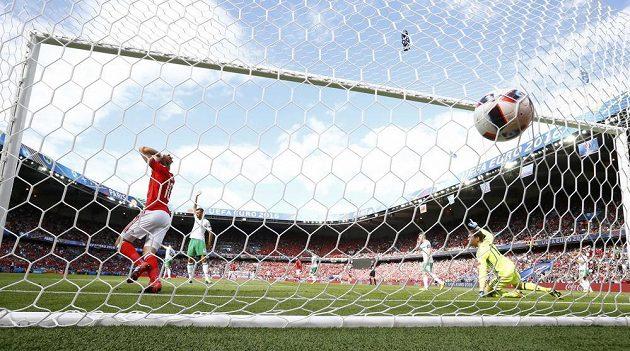 Velšan Aaron Ramsey gól do sítě Severního Irska vstřelil, ale v radosti mu zabránil zvednutý praporek pomezního rozhodčího.