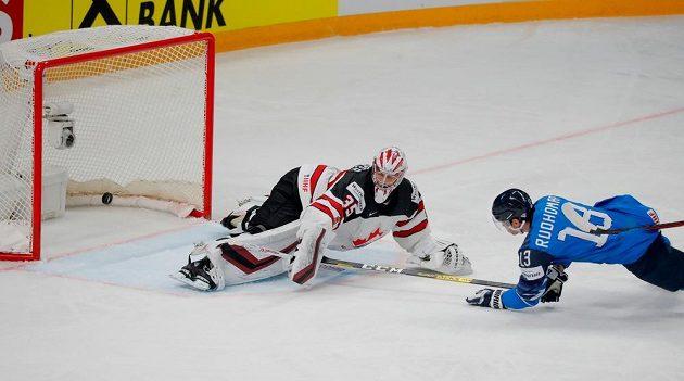 Finský útočník Mikael Ruohomaa překonává kanadského brankáře Darcyho Kuempera.