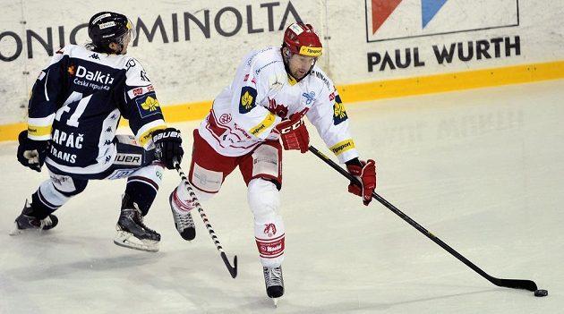 Vítkovický útočník Petr Strapáč (vlevo) se snaží zastavit třineckého forvarda Jana Peterka.