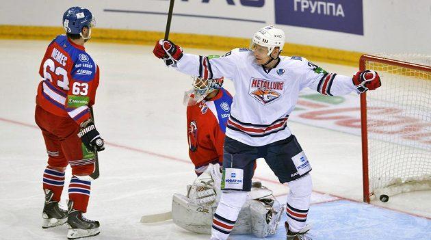 Hokejista Magnitogorsku Denis Platonov (vpravo) se raduje z gólu svého spoluhráče Jaroslava Chabarova (mimo záběr), přihlížejí (zleva) Ondřej Němec a brankář Petri Vehanen ze Lva.