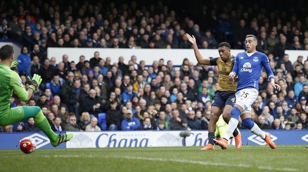 Alex Iwobi (druhý zprava) předběhl Ramiho Moriho z Evertonu a dal svůj první gól v dresu Arsenalu.