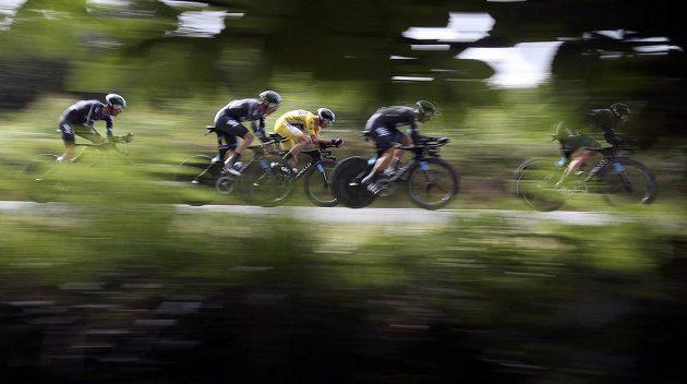 Jezdci týmu Sky při časovce družstev na Tour de France. Ve žlutém se řítí lídr závodu Chris Froome.