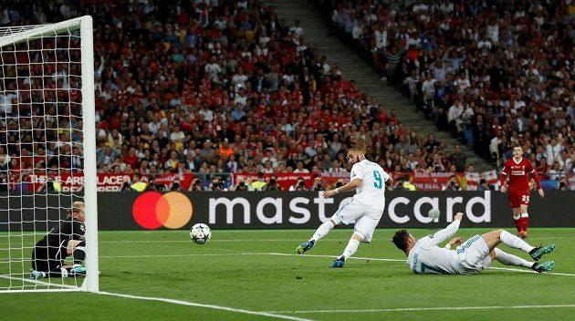 Karim Benzema z Realu střílí gól ve finále Ligy mistrů, který ale kvůli ofsajdu neplatil.