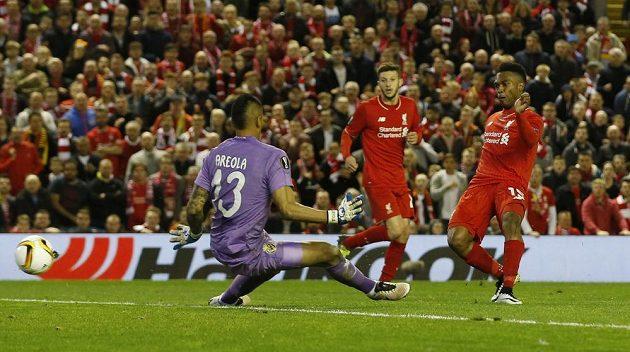 Fotbalista Liverpoolu Daniel Sturridge dává druhý gól v odvetě proti Villarrealu.
