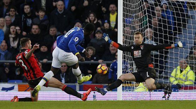 Romelu Lukaku střílí pátý gól Evertonu v utkání s Bournemouthem.