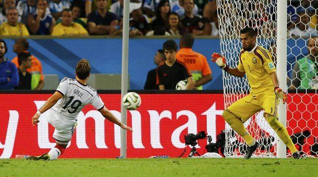 Němec Mario Götze střílí v prodloužení gól do sítě Argentiny.