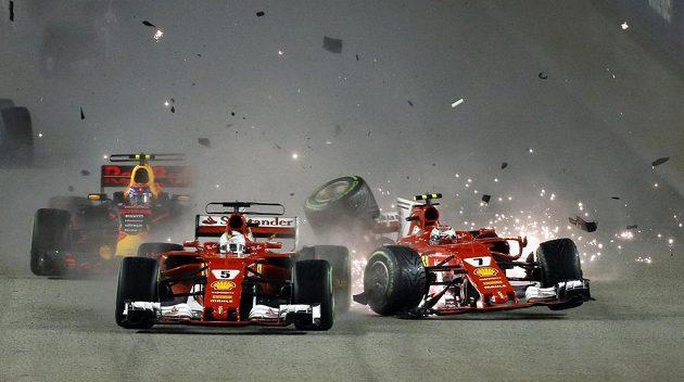 Hrozivý start F1 při Velké ceny Singapuru. Závod byl na několik minut přerušen.