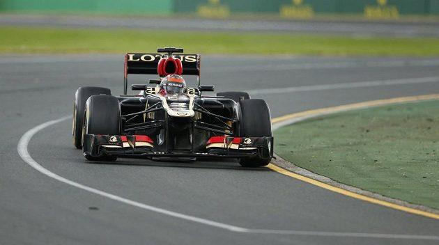Finský pilot Raikkonen ovládl se svým Lotusem úvodní závod sezóny.