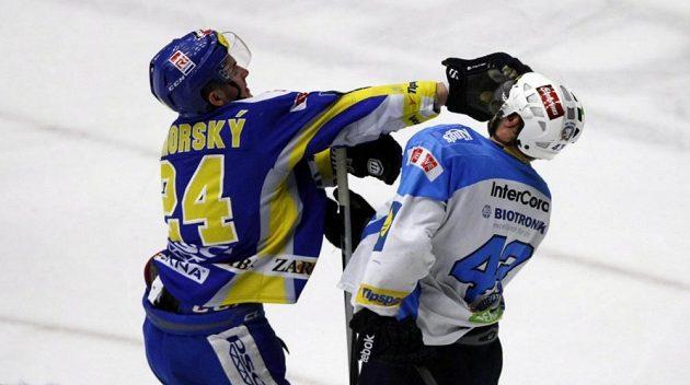 Potyčka mezi zlínským obráncem Petrem Zámorským (vlevo) a plzeňským útočníkem Janem Kovářem v pátém finálovém utkání play off extraligy.